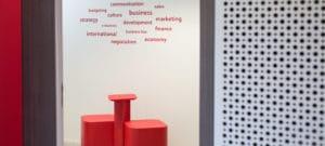 Photographe entreprise Lyon, photographe corporate Lyon, des éléments de bureau de couleur rouge en entreprise sur Lyon